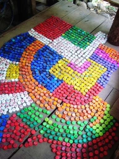 Collage hecho con tapas plásticas