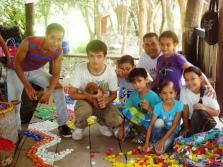 El maestro Eduardo Butrón con los niños participantes