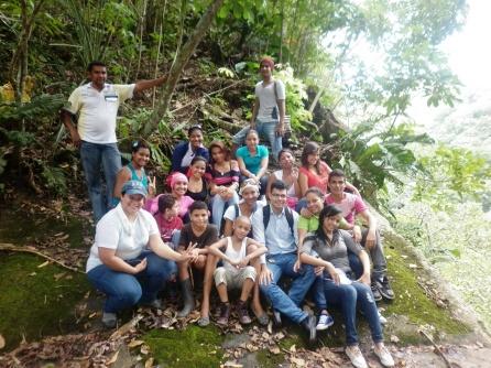 Director del Instituto Ecojugando con los excursionistas junto al acantilado