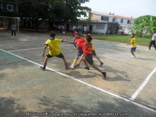 21. Niños jugando fútbol