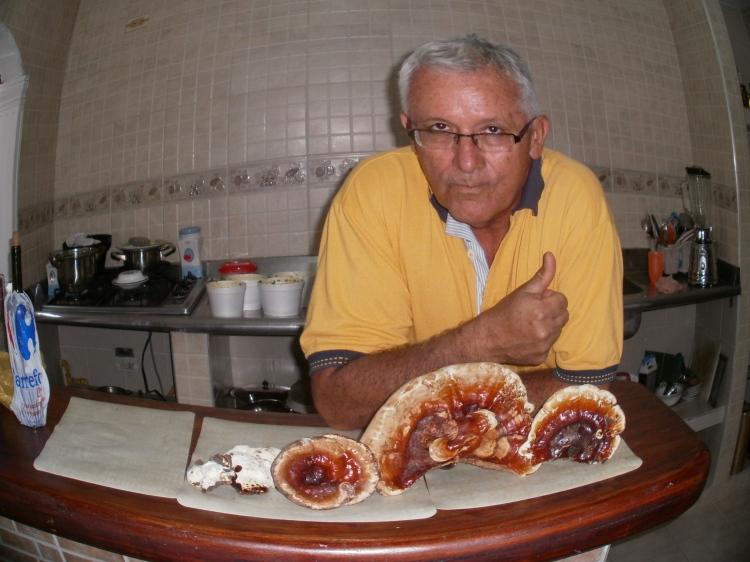 Profesor Olmar Quintero, con su cultivo de hongos
