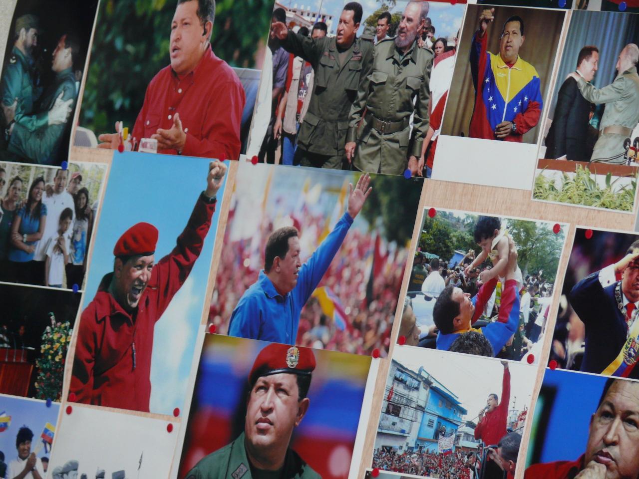 Mosaico de fotografias del presidente Hugo Chavez