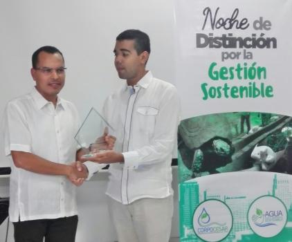 Ing. Helmer Gómez del C. C. Guatapurí, recibe mención del Dr. Kaleb Villalobos, director de Corpocesar.