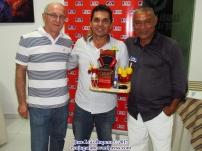 El juez Alejandro Solano, recibiendo trofeo especial por sus servicios al certamen. Foto: Jose Luis Ropero.