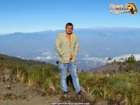 El amigo César posando en el Páramo de Sabana Rubia, con la Sierra Nevada a sus espaldas.