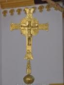 crucifijo de bronce en iglesia