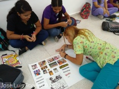 Mujeres pintando cartulina
