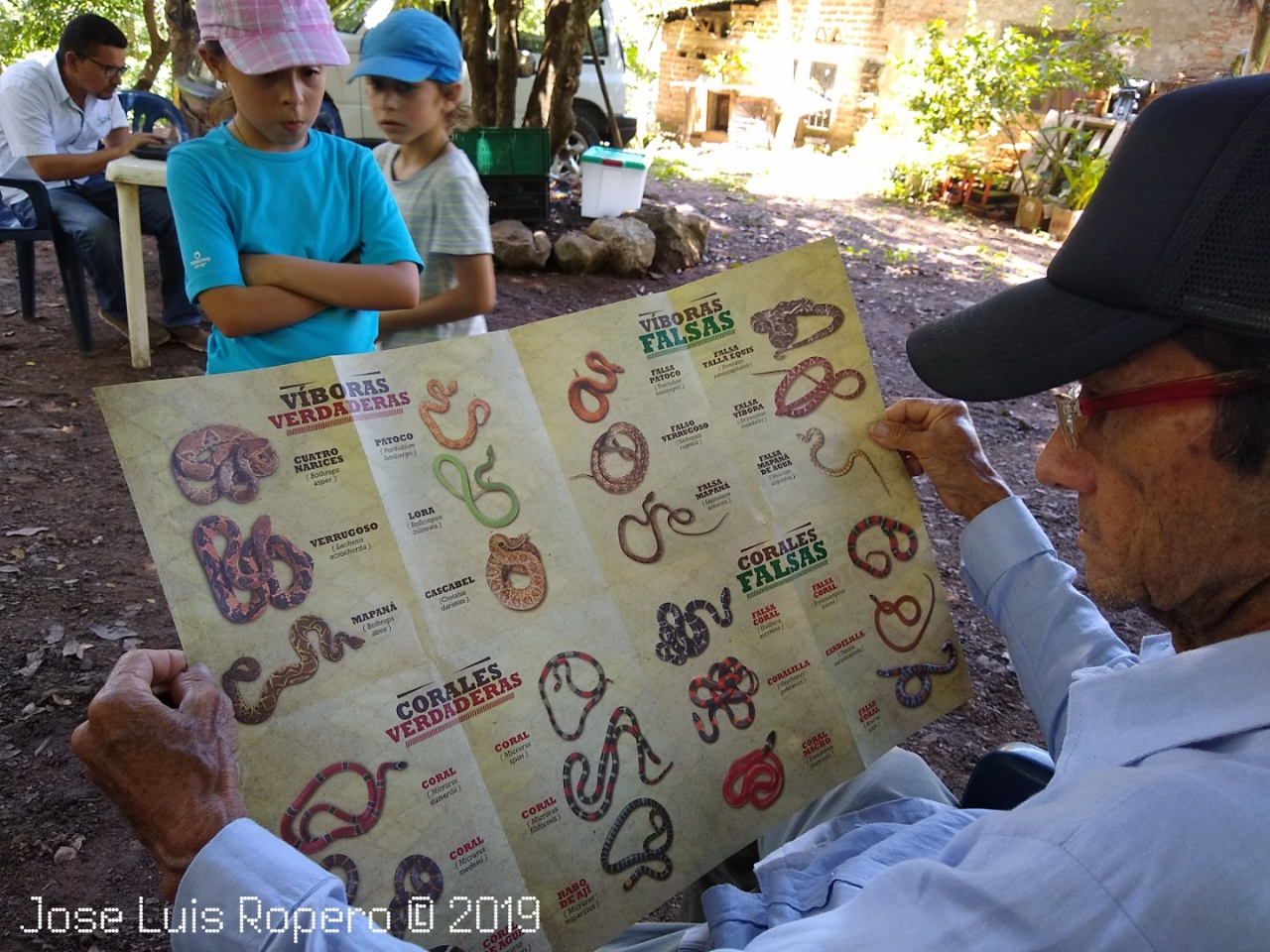 Hombre leyendo folleto de serpientes