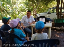 Veterinario hablando a niños
