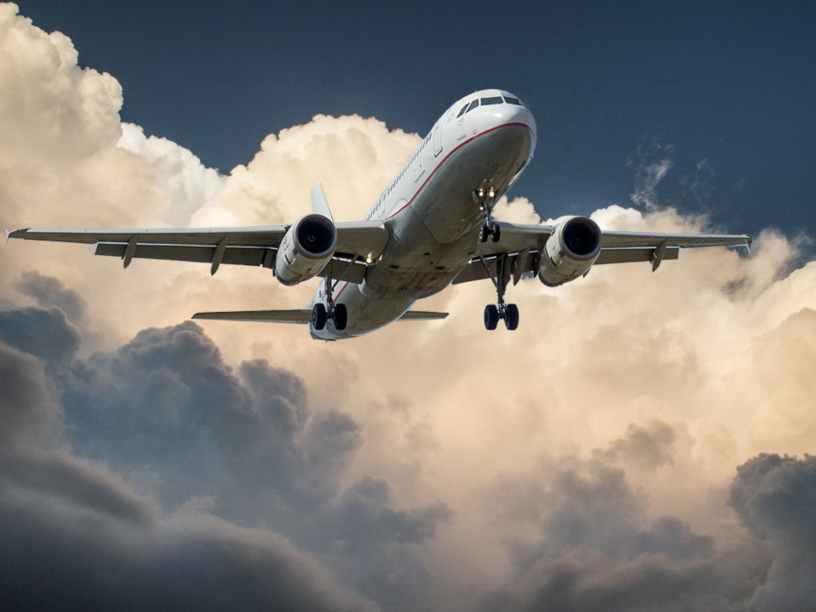 Avion cruzando nubes