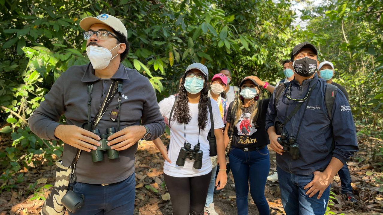 Grupo de caminantes en un sendero boscoso