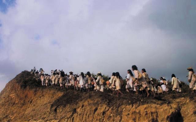 Grupo de indigenas caminando por una montaña