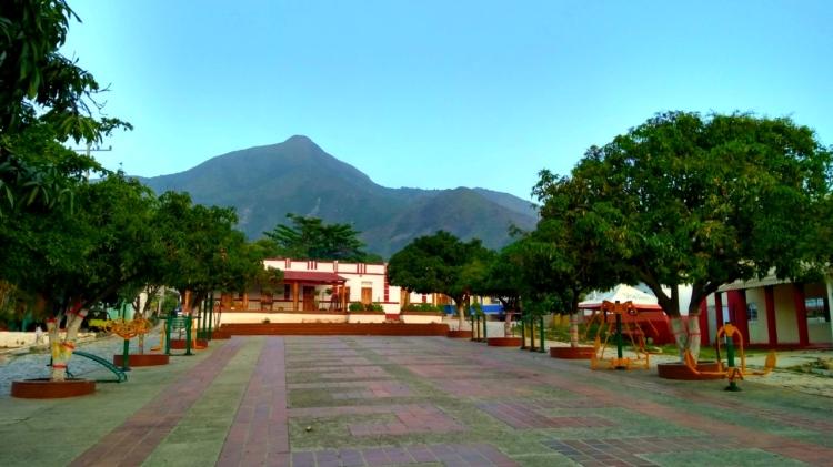 Plaza de un pueblo y montañas