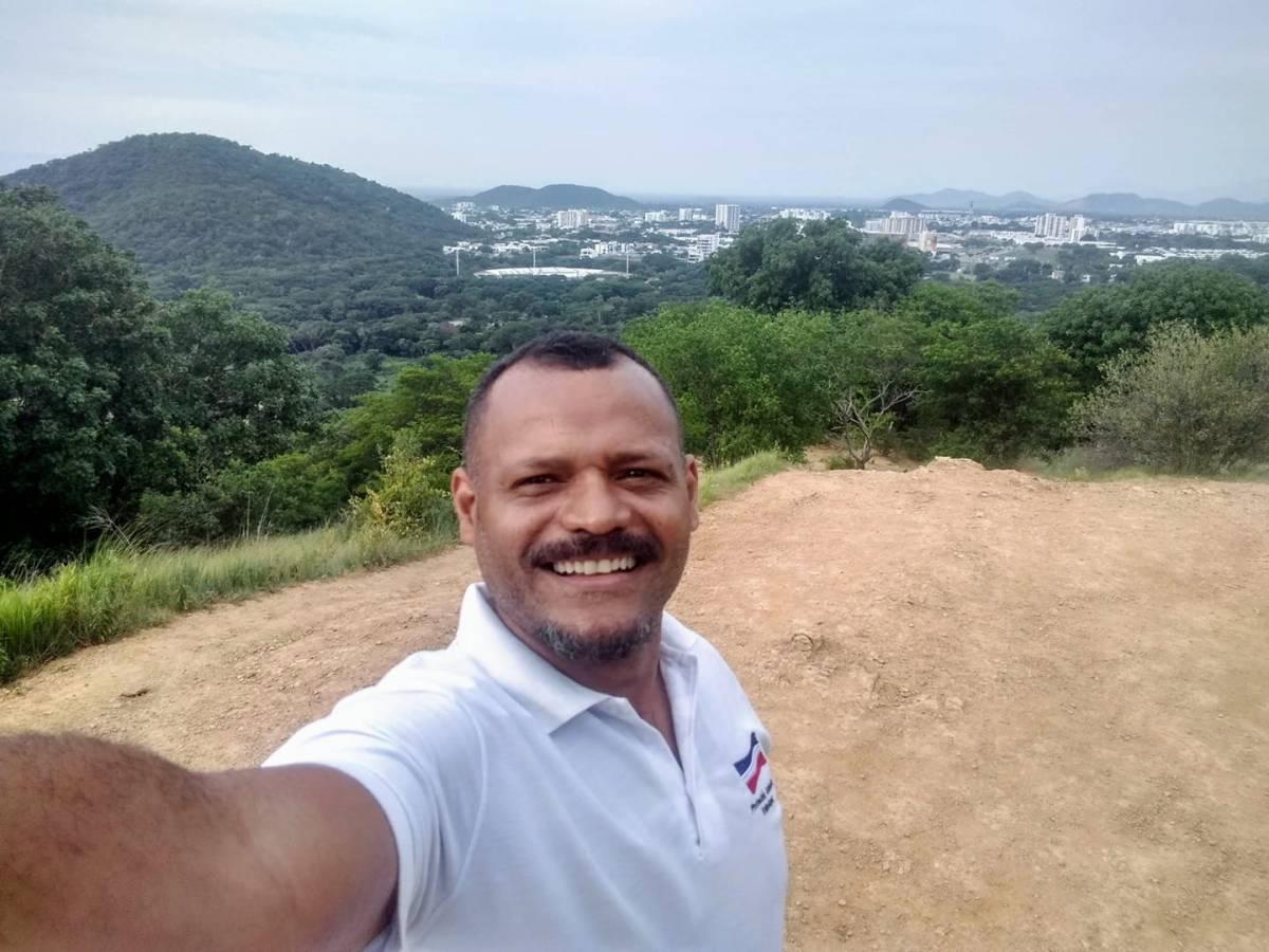 Hombre tomando una selfie con montañas y paisaje