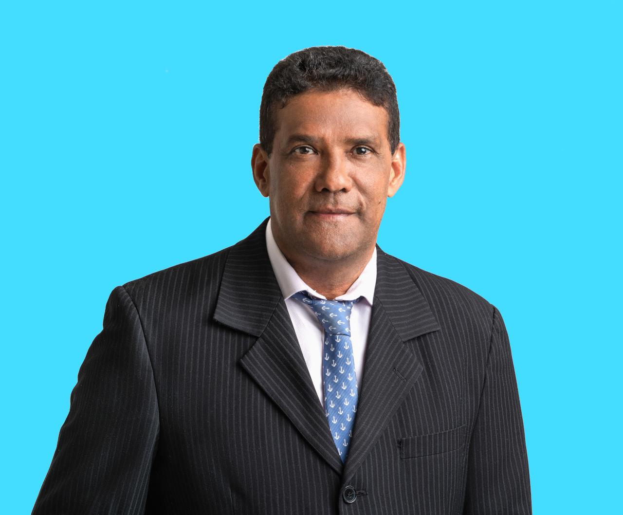 Foto retrato de un hombre vestido con saco y corbata fondo azul